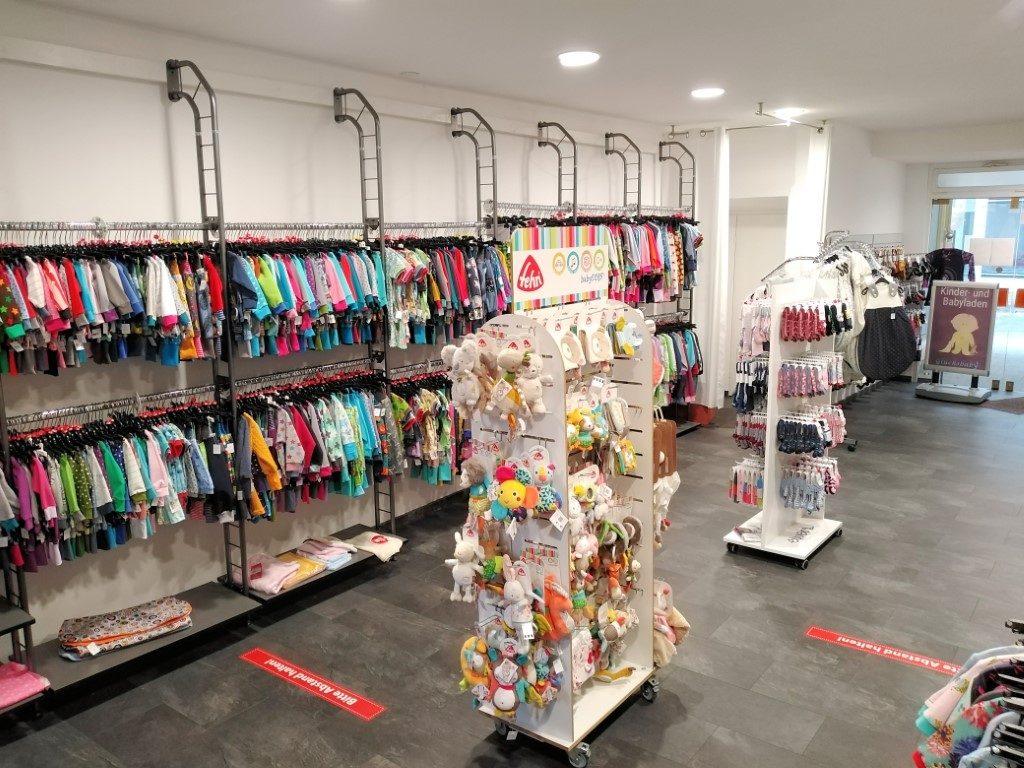 Kleidung und Spielwaren